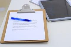 Папка с документом на столе Стоковые Фото