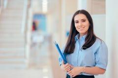 Папка удерживания профессиональной женщины в офисном здании стоковые изображения rf