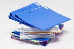 Папка файла и стог бумаги бизнес-отчета стоковое изображение rf