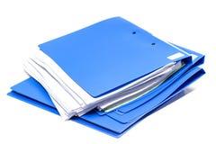 Папка файла и стог бумаги бизнес-отчета стоковая фотография