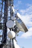 Парабола башни Telecomunication в голубом небе и облаках Стоковые Изображения RF