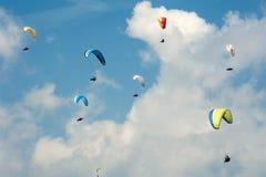 Параглайдинг в голубом солнечном небе Группа в составе парапланы летает в день лета солнечный в Карпатах Стоковые Фотографии RF