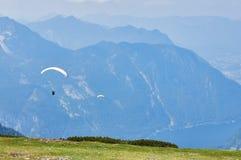 Параглайдинг в небе Параплан летая над небом с открытым морем и горами в ярком солнечном дне Вид с воздуха paraglide стоковая фотография rf