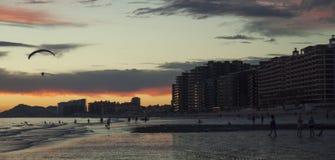 Параглайдинг вдоль пляжа в Puerto Peñasco, Мексике Стоковое фото RF