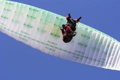 Параглайдинг в скользить тандема свободный и голубое небе Стоковое Фото