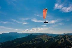 Параглайдинг на небе Стоковое Изображение