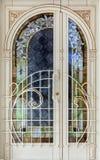 Парадный вход высококачественного дома украшенный с резным изображением и стеклянными фасадами белизна изолированная предпосылкой стоковое изображение