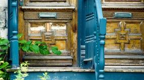Парадный вход с дверями шлица почты старомодными деревянными Стоковое Изображение