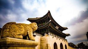 Парадный вход Gwanghwamun корейского дворца стоковые изображения