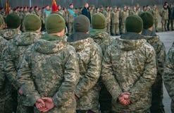 Парад армии, строка солдата военной формы марширует стоковые фотографии rf