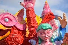 Парад красочных и гротесковых маск для того чтобы отпраздновать Новый Год стоковые изображения rf