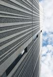 Параллельные серые линии на стене Тени серой линии взгляда неба стоковые фотографии rf