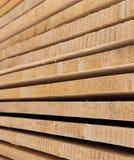 Параллель доски планки выравнивает горизонтальную предпосылку много строительных материалов стоковые фото