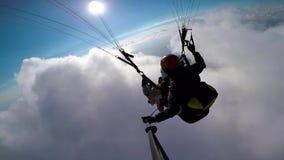Парапланы человека летая на paraplane в небе, облаках и ландшафте горизонта Парапланы камеры действия selfie точки зрения акции видеоматериалы
