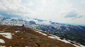 Параплан бежит с парашютом на горных склонах Австрия, Obertraun сток-видео