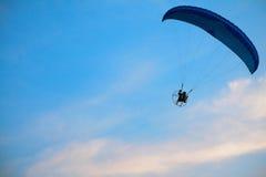 Параплан - ощупывание освобождает на небе стоковая фотография
