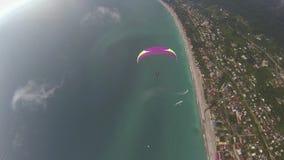 Параплан летает вдоль моря и гор акции видеоматериалы