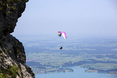 Параплан летая над баварским озером Forggensee Стоковые Фотографии RF