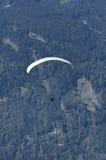 Параплан над австрийцем Альпами Стоковые Изображения