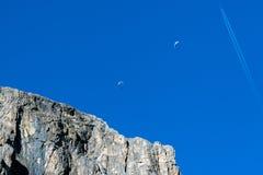 Параплан планера вида на предпосылке гор доломитов голубого неба Стоковые Изображения RF
