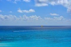 Парасейлинг в голубом море стоковые изображения