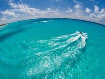 Парасейлинг над карибским океаном, взгляд от поднимающего вверх в небе Стоковые Фото