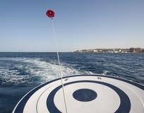 Парасейлинг от задней части быстроходного катера Стоковая Фотография RF