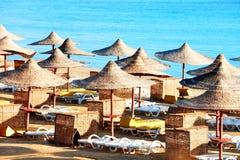 парасоли палубы стулов пляжа Стоковое Фото