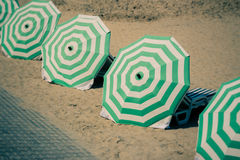 Парасоли выровнянные вверх на пляже Стоковые Фото
