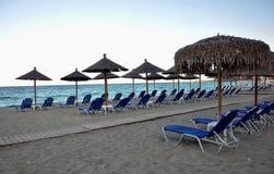 Парасоли и deckchairs на пляже Стоковое фото RF