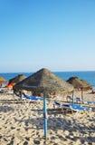 Парасоли и loungers солнца на пляже Стоковое фото RF