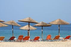 Парасоли и sunbeds на пляже Стоковая Фотография