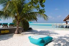 Парасоль и sunbeds морским путем на пляже Мальдивов Стоковая Фотография RF