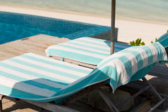 Парасоль и sunbeds морским путем на пляже Мальдивов Стоковые Изображения RF