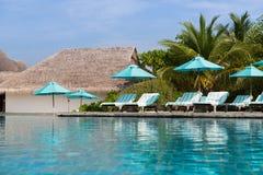Парасоль и sunbeds морским путем на пляже Мальдивов Стоковые Фотографии RF