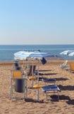 Парасоль и sunbeds на песке туристской деревни se Стоковое Изображение