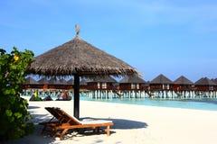 Парасоль на пляже Мальдивов Стоковое Изображение