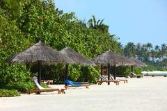 Парасоль на пляже Мальдивов Стоковое Фото