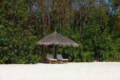 Парасоль на пляже Мальдивов Стоковое фото RF