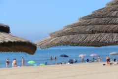 парасоль пляжа соломы, который нужно приютить от горячего солнца лета Стоковые Изображения RF