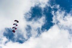 Парашютисты в небе Стоковые Фото