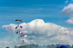 Парашютисты в небе Стоковые Фотографии RF