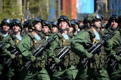 Парашютисты 331st защищают воздушнодесантный полк в Kostroma на генеральной репетиции парада на красной площади в честь победы Стоковые Фотографии RF