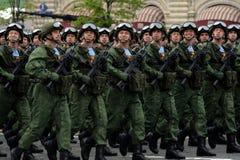 Парашютисты 331st защищают полка парашюта Kostroma во время генеральной репетиции парада на красной площади стоковая фотография rf