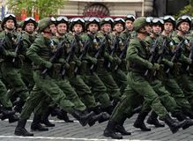 Парашютисты 331st защищают полка парашюта Kostroma во время генеральной репетиции парада на красной площади Стоковые Изображения RF