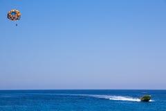 Парашют с людьми летает под моторную лодку Стоковое Изображение