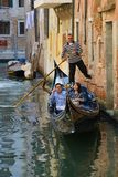 Пара азиатских туристов на романтичном отключении в гондоле Италия venice Стоковое Изображение