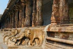 Пара балюстрад слона pillared монастырей или prakara в втором дворе, виска Virupaksha, Hampi, karnataka стоковые фотографии rf