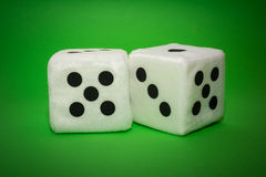 Пара белого плюша dices на зеленой предпосылке Стоковое Фото