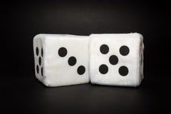 Пара белого плюша dices на черной предпосылке Стоковое Изображение RF